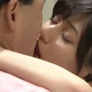 調査しているうちに衝撃的な画像を発見してしまいました。 それは菊池梨沙さんととオードリー春日さんとのキス画像です。 その画像がこちらです。 かなり濃厚なキスで驚きますね。 実はこれはジャニーズ、キスマイの深夜番組「Kisssssss!!」でのドッキリ企画で、番組収録前にスタンバイしている春日さんに、音声さんに扮する菊池梨沙さんが、マイクをつけようとして近づき、そのまま春日さんにキスをするという企画でした。 キスの後、春日さんの目がトロンとしていたので、春日さんの鬼瓦もトゥース!していたことだと思います。 ドッキリ企画とはいえ、こんな美人な方からキスされるとは、羨ましいですね!